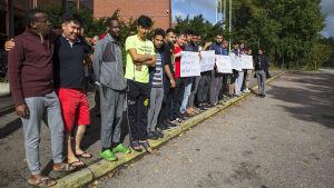 Asylsökande vill inte lämna förläggningen i Evitskog i Kyrkslätt.