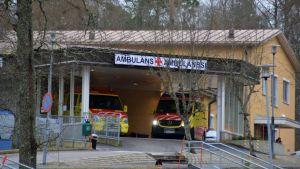 Två ambulanser vid ett sjukhus.