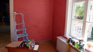 En skiss på en rosa vägg