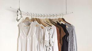 kläder hänger på en klädstång