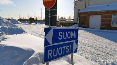"""Trafikskyltar med texten """"Sverige"""" och """"Finland""""."""