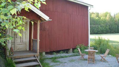 rödmålad byggnad på landet