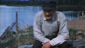 Ville Kurkkio Ounasjoen varrella Lohennousu-dokumentissa 1982.