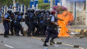 Kravallpoliser i Nicaraguas huvudstad Managua.