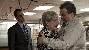 Jewellin lakimies Watson Bryant (Sam Rockwell) on voimaton, kun vartijan Bobi-äiti (Kathy Bates) itkee lohduttomana kuultuaan syytöksistä poikaansa Richardia (Paul Walter Hauser) kohtaan.