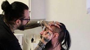 Jari tatuerar Malte i ansiktet.