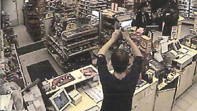 Bild från övervakningskameran i bensinstationen i Näse där gisslandramat 2002 utspelade sig
