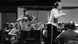 Viktoria Mullova ja Jorma Panulan johtama Radion sinfoniaorkesteri Sibelius-viulukilpailussa 1980.