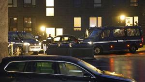 Polisoperation pågår i Ålborg i norra Danmark. Flera polisbilar på plats.