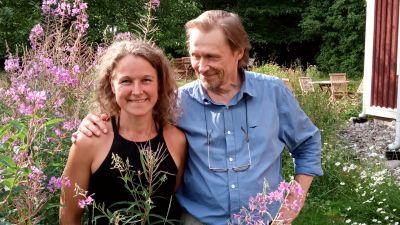 kvinna och man bland blommor