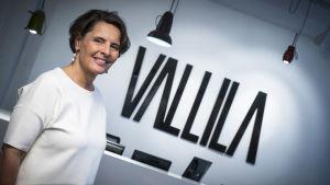 Anne Berner står framför Vallila-logo.