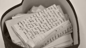 En hjärtformad låda med brev.