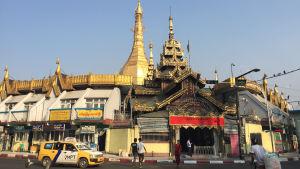 Statdsvy från Burma. tempel och trafik