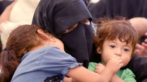 Nainen ja kaksi lasta