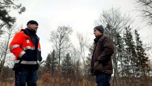 Ulf Nyholm och Anders Öhman framför en skogsdunge.