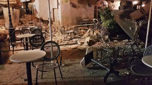 Bord och stolar har fallit omkull på Kos efter ett jordskalv.