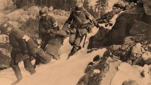Saksalaiset lääkintämiehet kantavat suojaan punakaartilaisen 12.4.1918.