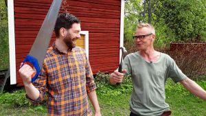 Jim och Jonas poserar med verktyg.