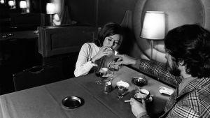 Mies ja nainen ravintolassa kahvilla ja konjakilla 1971.