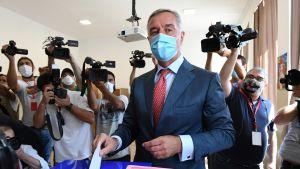 Montenegron presidentti Milo Djukanovic äänestää parlamenttivaaleissa.