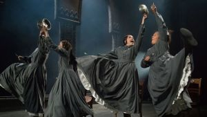 Skådespelare dansar i Åbo Svenska Teaters uppsättning av Jane Eyre.