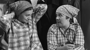Elli (Orvokki Mäkinen) ja Tilda (Ritva Valkama) tv-draamassa Mustat ja punaiset vuodet (1973).