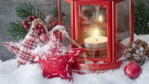 Jullykta och andra dekorationer i snön
