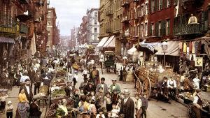 Mulberry Street täynnä ihmisiä 1800-1900-luvun vaihteessa.