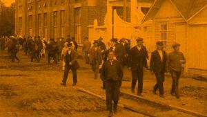 Nokian kumitehtaan työläisiä dokumenttielokuvassa Finlandia (1922)