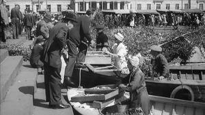 Ihmisiä Helsingin Kauppatorilla kesällä 1964