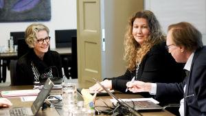 Riksförlikningsmannen Vuokko Piekkala (till vänster), Post- och logistikunionen PAU:s ordförande Heidi Nieminen och förbundssekreterare Esko Hietaniemi under ett möte i Helsingfors 31 oktober 2019.