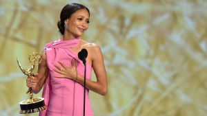 Thandie Newton tar emot sin Emmy.