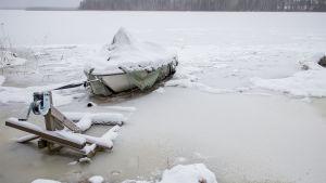 Vene jäänyt tulvaveden alle ja jäätynyt järveen kiinni.