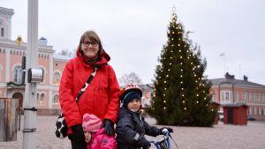 Ulla Lindström med hennes barnbarn.