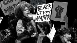 Kuvakollaasi. Black Lives Matter -mielenosoittajia mustaa taustaa vasten.