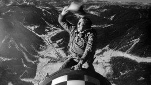 """Majuri """"King"""" Kong (Slim Pickens) ratsastaa vetypommilla maailmanloppuun. Kuva elokuvasta Tri Outolempi"""