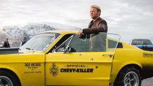 Roy står vid sin gula racerbil.