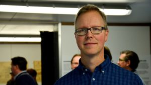 en man i svarta glasögon och mörkblå skjorta