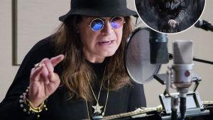 Ozzy Osbourne med hatt på huvudet i studio sjunger i mikrofon. Albumet Ordinary man i boll i hörnet.