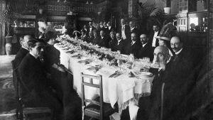 Juhlaseurue 1800-1900 -lukujen taitteessa.