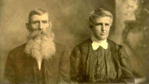 Ett fotografi av ett äldre par i sepia.