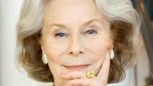 Porträtt på Kyllikki Forssell som ser in i kameran och ler.