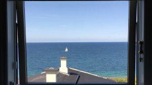 havsutsikt från fönstert i Gillelej.