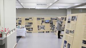 Kouvolan kaupunginkirjastossa Alvar Aalto -näyttely.