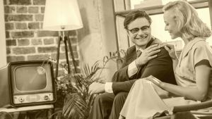 en ung man och en kvinna sitter på en soffa, svartvit bild