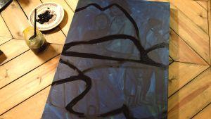 Blå målarduk med svarta streck.