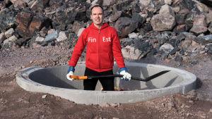 Peter Vesterbacka med spade redo att börja gräva tunnel.