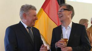 Kaj Arnö och överborgmästaren i München talar och skrattar tillsammans. Arnö håller en öl.
