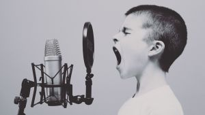 En pojke som sjunger.