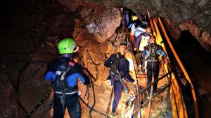 Räddningsoperation i Tham-Luang-grottan.